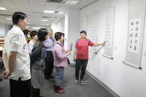 照片二、學員李凱蒂於樂齡大學結業式當日向學員介紹作品