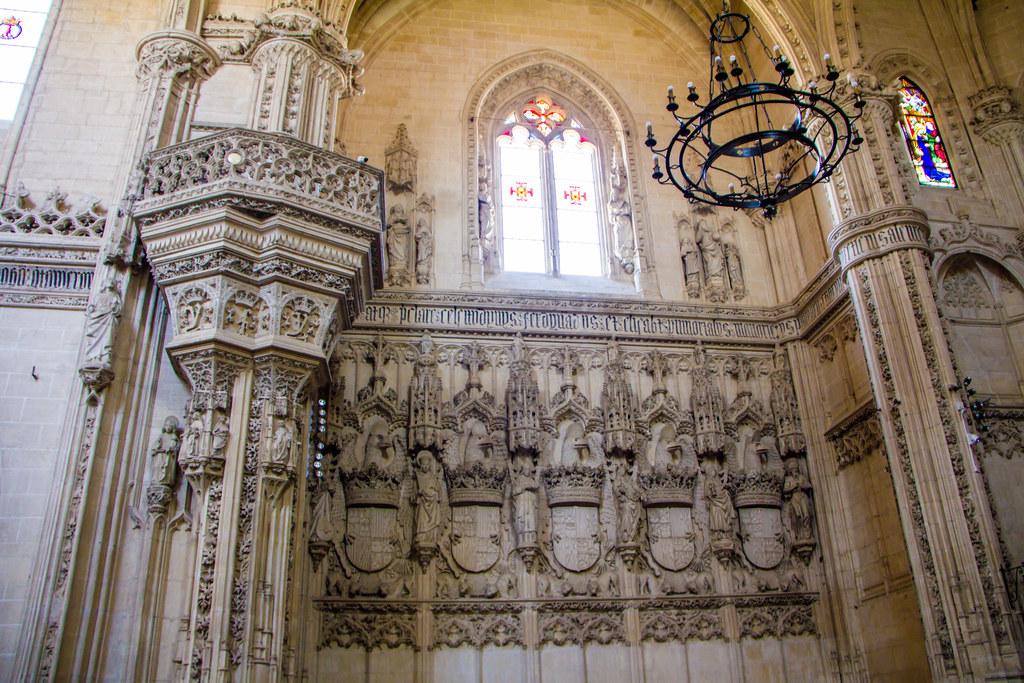 Relieves blasones de Reyes Catolicos interior iglesia Monasterio San Juan de los Reyes Toledo 03