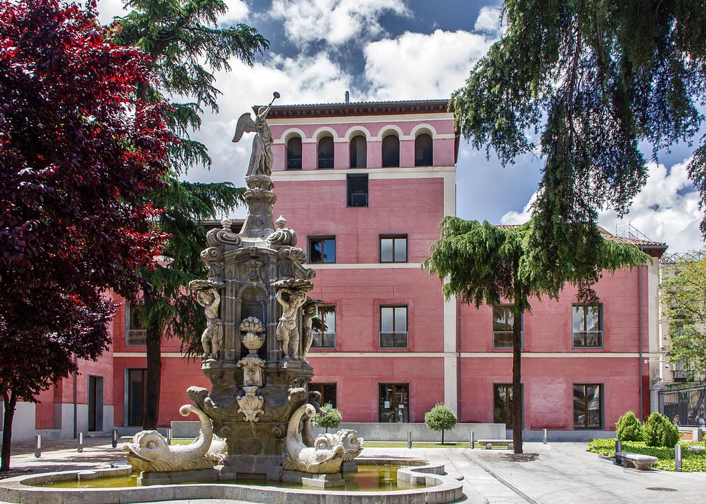 fuente jardin del antiguo Real Hospicio Ave Maria exterior Museo de Historia de Madrid 01