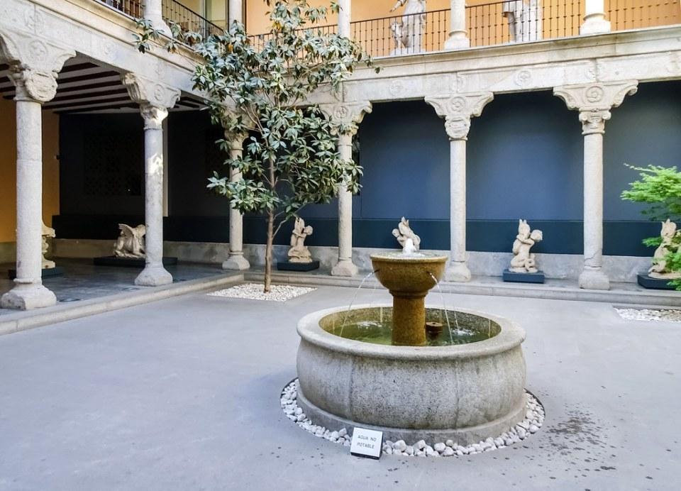 Patio renacentista del Palacio de los condes de Paredes de Nava interior Museo de San Isidro o de los origenes de Madrid 01