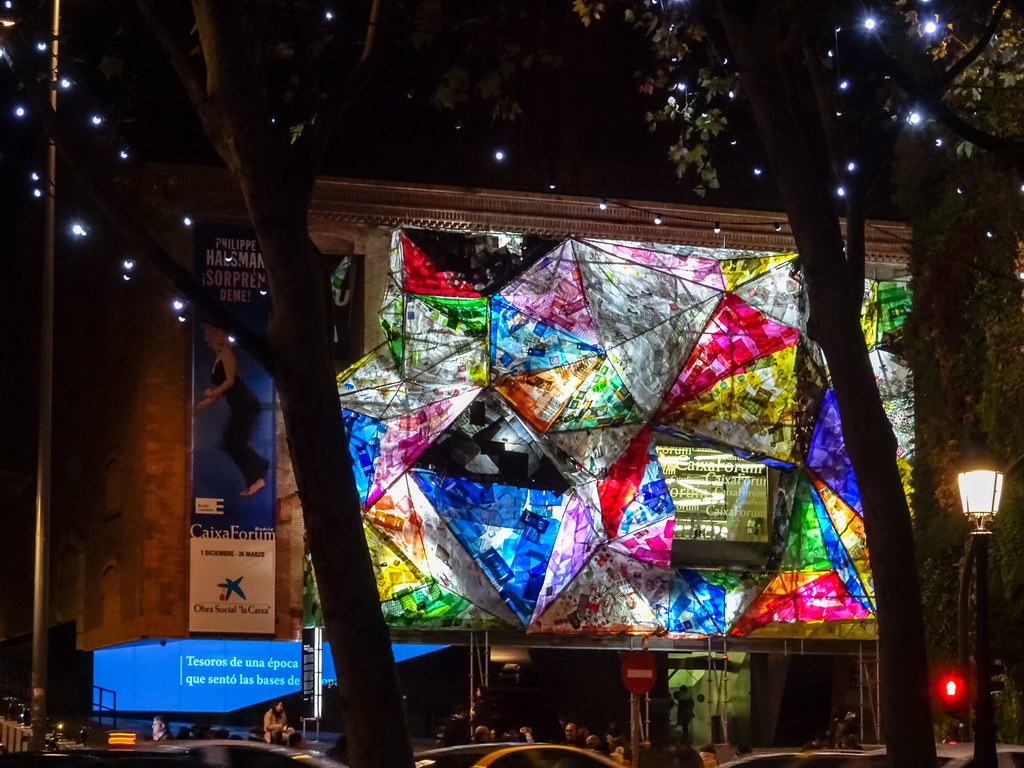 fachada iluminada de noche edificio Caixa Forum Madrid