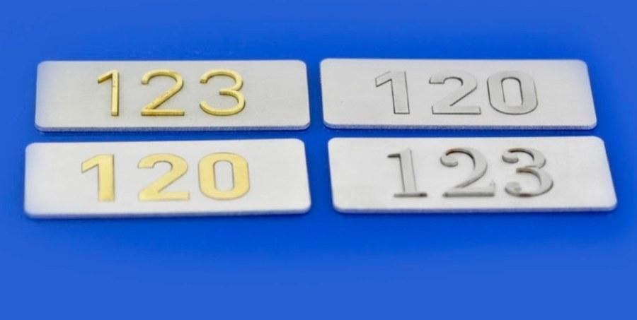 przykłady oznaczeń skrzynek, drzwi , tło aluminium, cyfry mosiądz lub inox