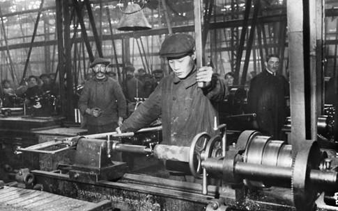 Usines Panhard & Levassor de l'avenue d'Ivry dans le 13e arrondissement à Paris. Main d'oeuvre asiatique occupé à l'usinage des obus de 75 mm 1916 1 Uti 485