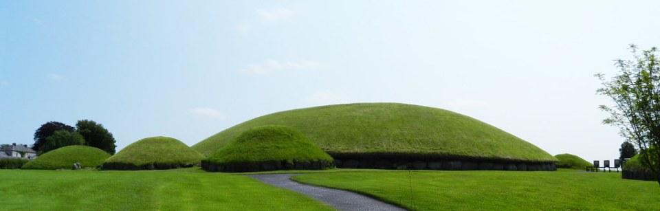 tumulo principal yacimiento arqueologico Knowth Palacio del Boyne Brú na Bóinne Republica de Irlanda