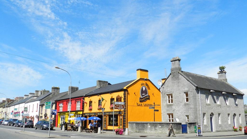 casas en calle Main street Adare Republica de Irlanda