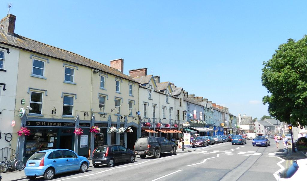 calle y casas historicas de Cahir Condado de Tipperary Republica de Irlanda 05