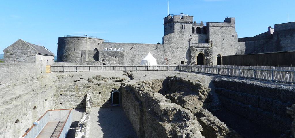 puerta interior torres y patio Castillo del Rey Juan sin tierra Limerick Republica de Irlanda 01
