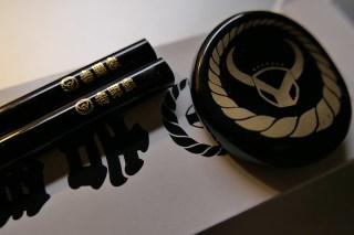 black chopsticks black yoshinoya「黒い吉野家」で「黒だれ焦がし豚丼」