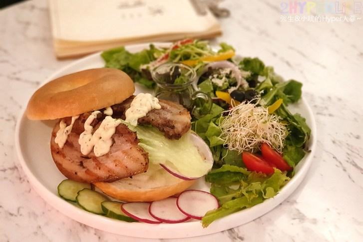48599417301 dd65147327 c - 有點難找的沐muweichai隱身在一中豐仁冰攤位後方,外型像貝果的麵包口感意外酥脆有特色!還有好多小農生菜~~
