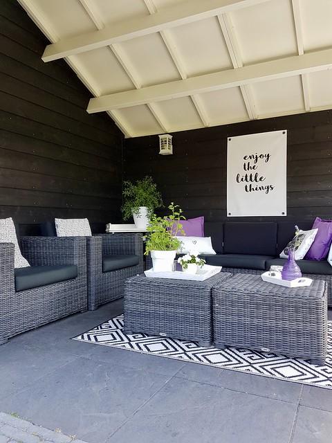 Overkapping buitenkleed loungeset zwart wit tuin