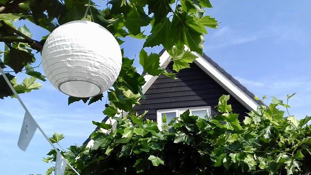 Witte lampion zwart wit tuin