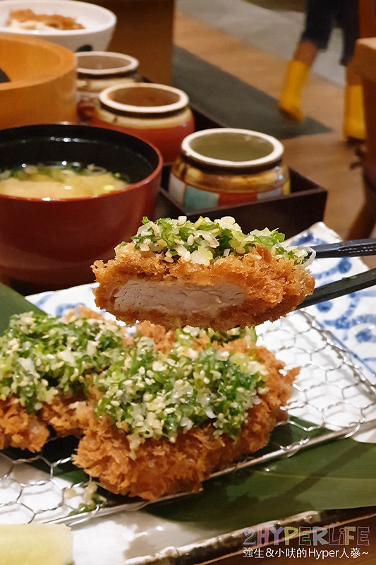 48640577876 2c72924858 c - 來自富士山下的知名日式炸豬排店,最近有期間限定三星蔥蔥鹽豬排套餐,搭配麥飯好下飯!