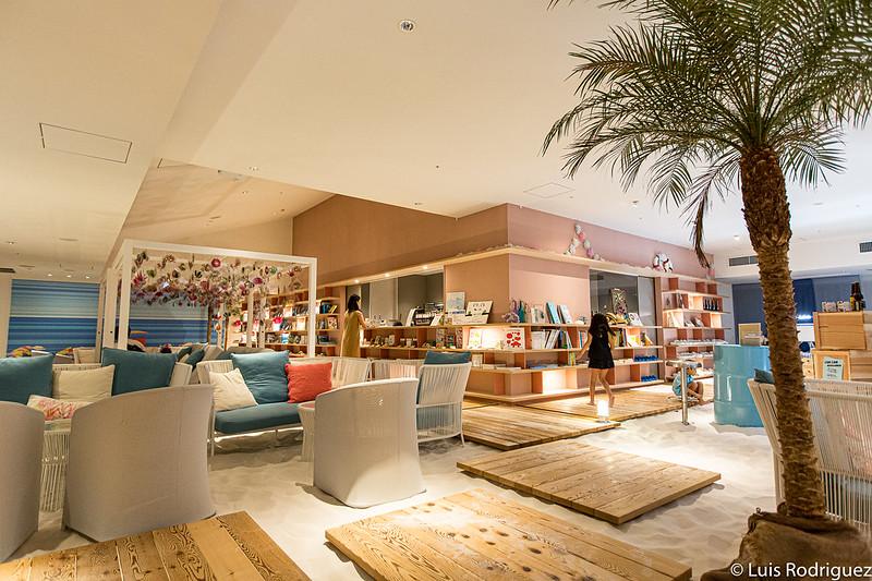 La cafétéria de la plage SORANO Beach Books & Cafe
