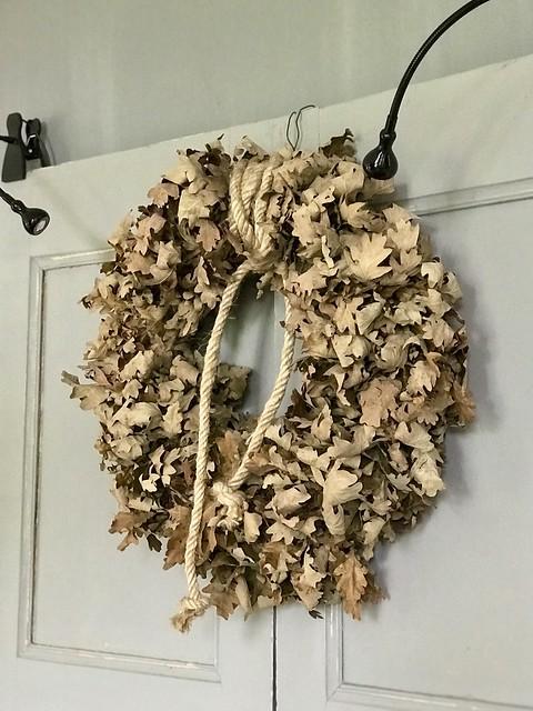 Krans van bladeren op deur