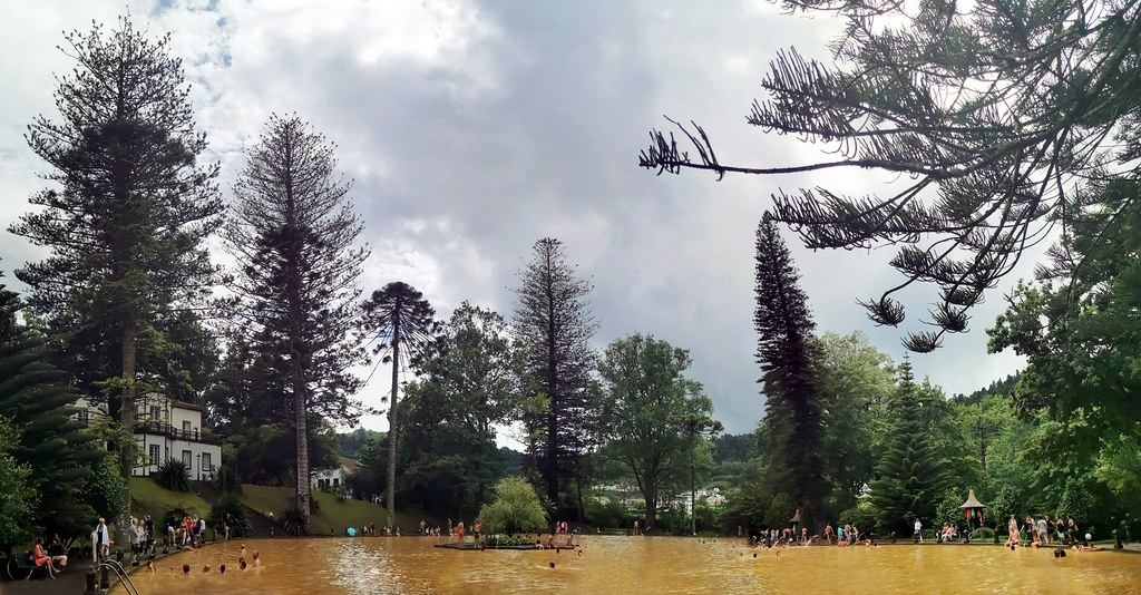 Piscina termal de agua ferruginosa volcanica Jardin Botanico Terra Nostra Garden Furnas Isla San Miguel Azores Portugal 01