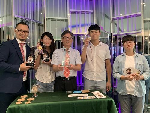 圖說-藍祺偉教授 陳姵慈 吳志揚校長 楊浚良 段映竹(由左至右)1