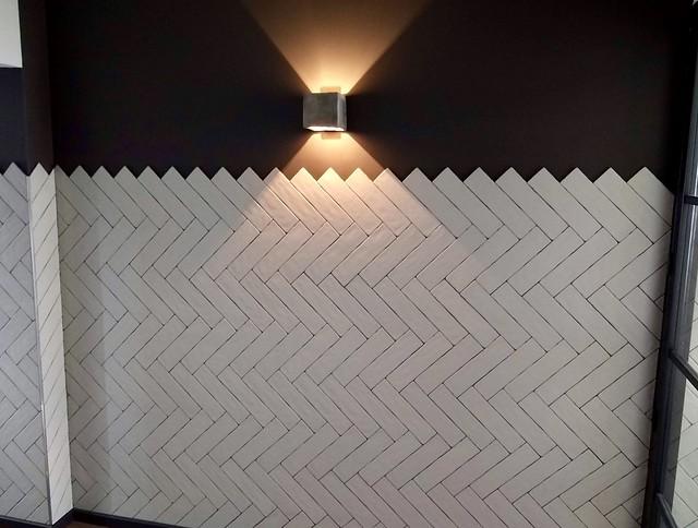 Visgraat tegels muur woonkamer
