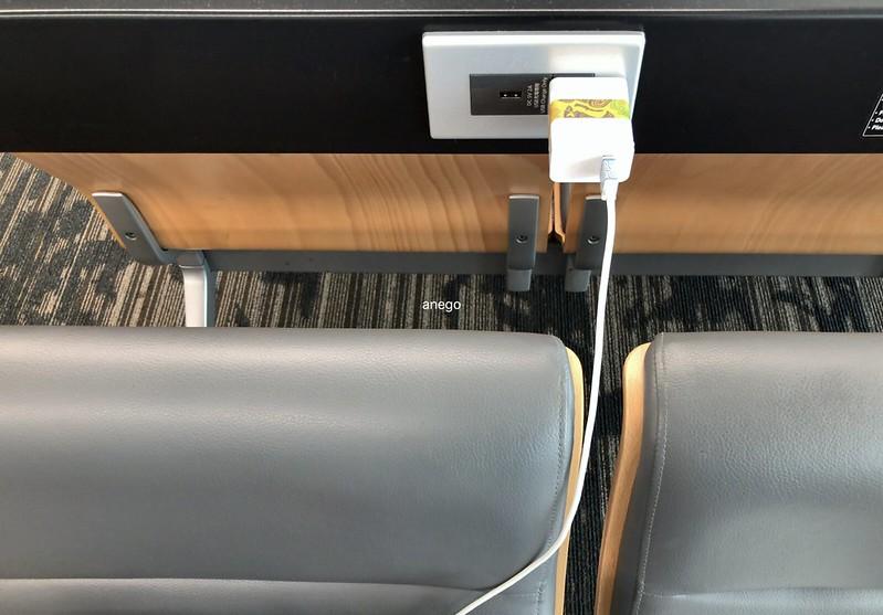 福岡空港 ロビーで充電