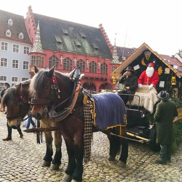 Carro de Caballos y Kaufhaus de fondo | Qué visitar, ver y hacer en un día en Friburgo · Click_Trip