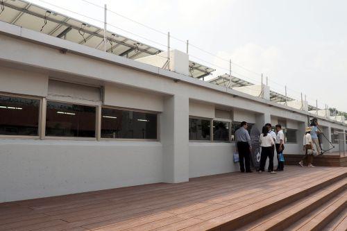 台糖全密閉負壓水簾豬舍,屋頂裝設太陽能發電。攝影:李育琴