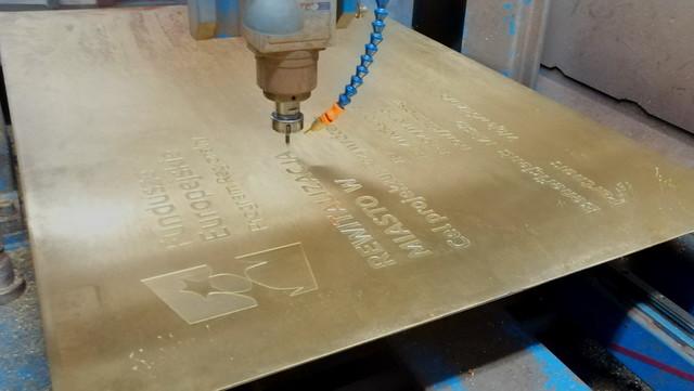 Grawerowanie tablicy pamiątkowej  z mosiądzu, rozmiar 1200x800x3mm