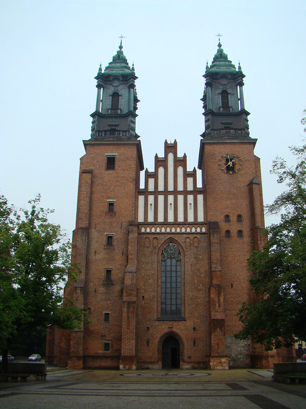 torres exterior Catedral y Basilica de San Pedro y San Pablo Poznan Polonia 03