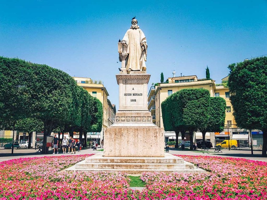 statue-of-guido-monaco-in-arezzo