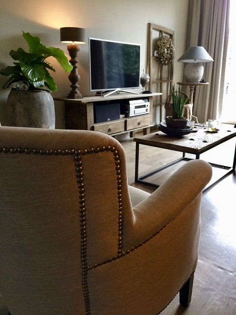 Fauteuil tv-meubel lamp kruik landelijk wonen