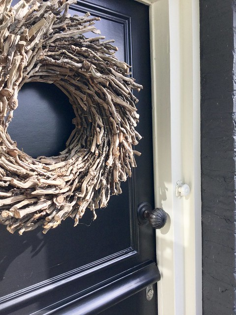 Grote krans van takken op voordeur