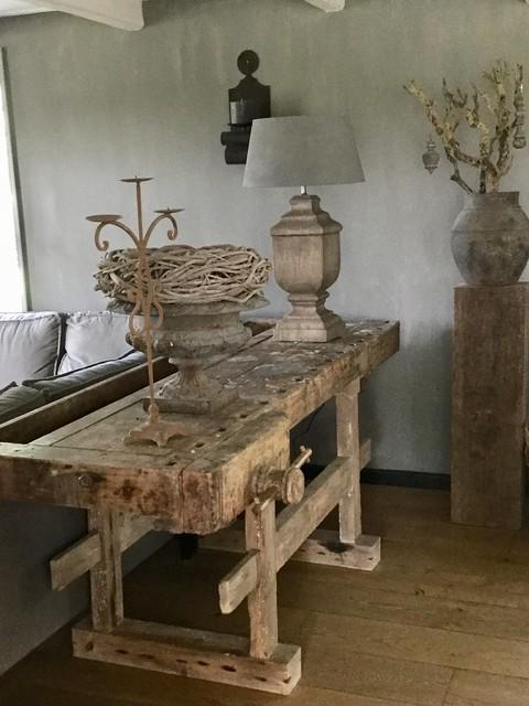 Oude houten werkbank achter de bank landelijk