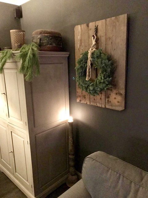 Kerstkrans op houten plank