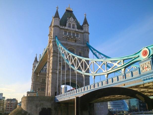 Puente de Londres con el cielo azul