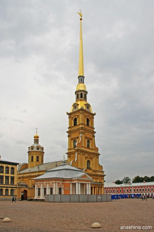 Ботный домик рядом с Петропавловским собором в Петропавловской крепости