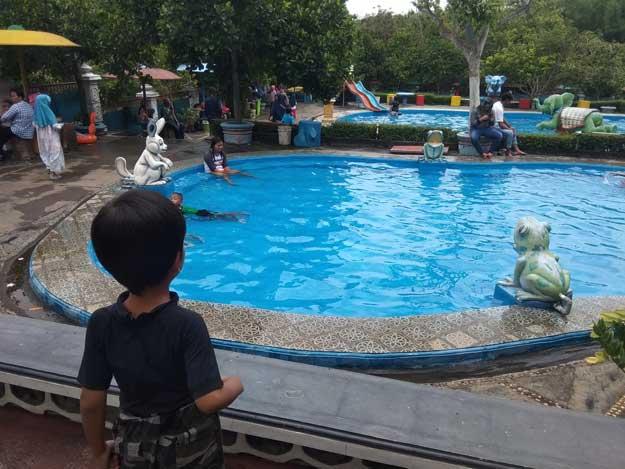 kolam-renang-untuk-anak-anak-dan-orang-tua-yang-tidak-bisa-berenang