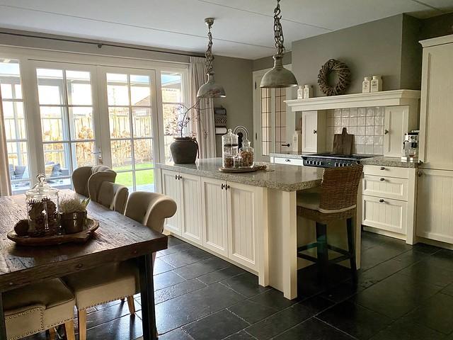 Lichte keuken landelijk met kookeiland