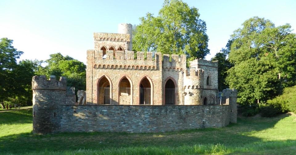 Castillo Mosburg en Parque del Palacio Biebrich Wiesbaden Alemania 01