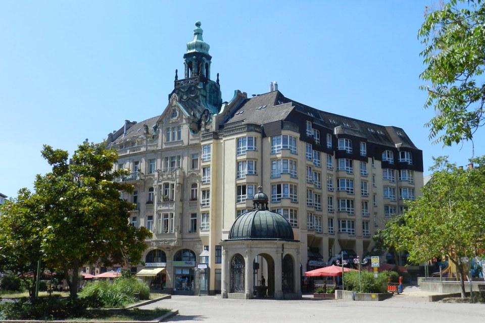 edificio y Kochbrunnen templete con fuentes termal Wiesbaden Alemania