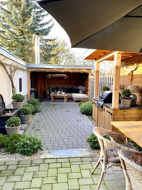 terras tuin met houten overkapping