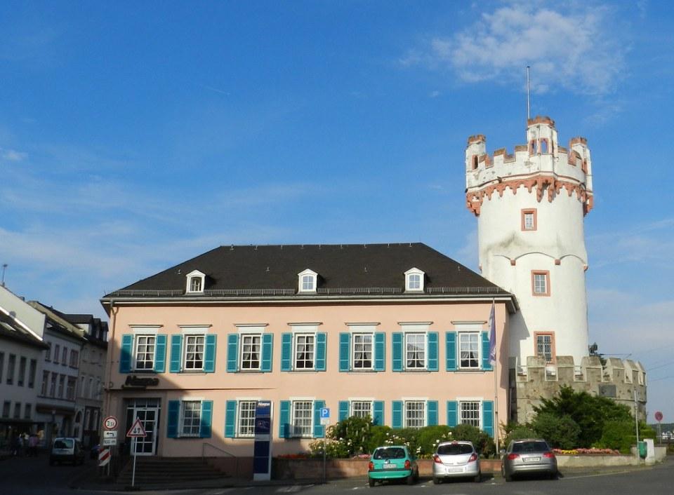 Torre del Aguila Adlerturm y edificio de Caja de ahorros Nassauische Sparkasse Rudesheim Valle del Rin Alemania