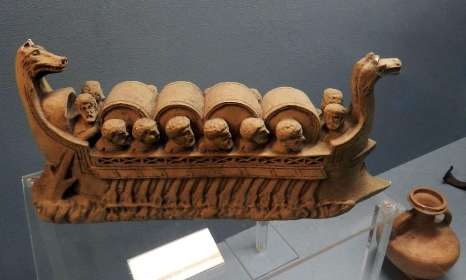 escultura antiguo buque fluvial romano con  barriles de vino y legionarios Museo del Vino de Rheingau Rheingauer Weinmuseum Rudesheim Alemania