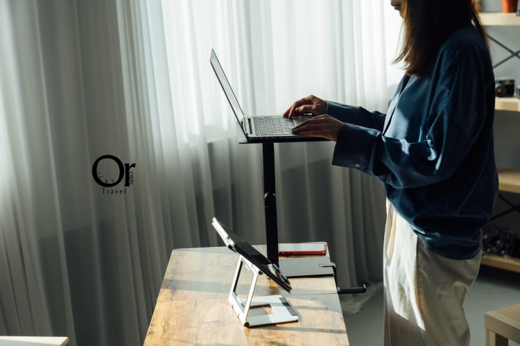 多功能升降電腦桌推薦|Maxtand 多角度便攜升降工作台:站著辦公成趨勢,辦公室、咖啡廳或是演講都適用,躺在沙發上追劇更輕鬆