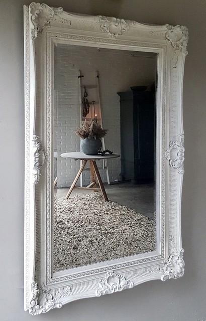 spiegel wit tafel kruik ladder zwarte kast