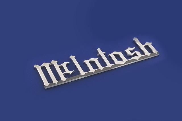 logotyp wycięty z polerowanego aluminium