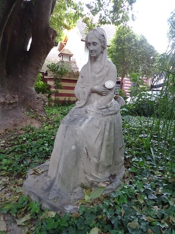 escultura estatua de infanta María Luisa Fernanda de Borbón Jardin Ayuntamiento Palacio de Orleáns Borbón Sanlucar de Barrameda Cadiz