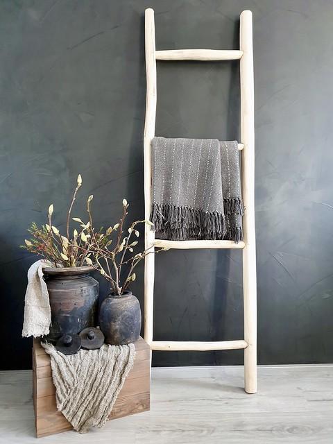 Decoratieladder kist met kruiken linnen doek