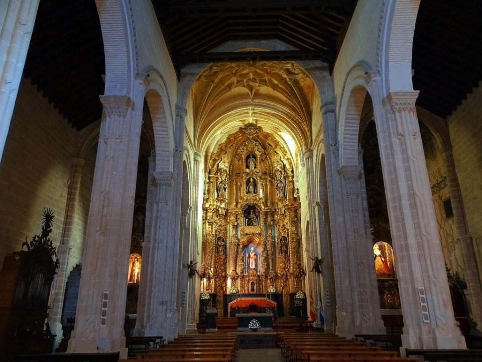 altar Mayor y nave central interior Iglesia de San Dionisio Jerez de la Frontera Cadiz