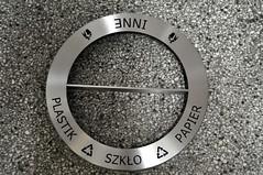 grawerowanie stalowej pokrywy do kosza o średnicy ok 70 cm