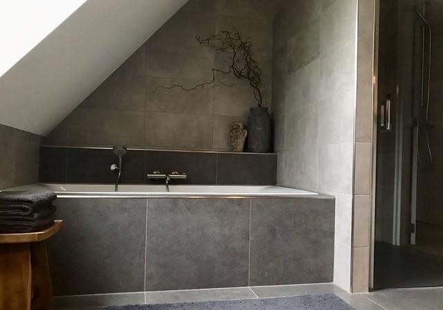 Bad onder schuin dak landelijke badkamer