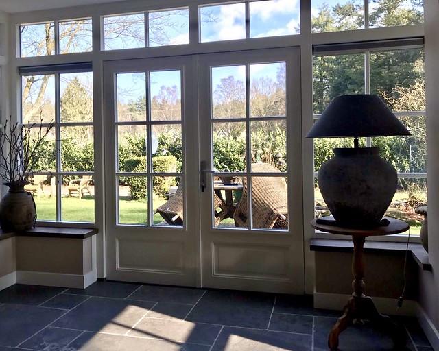 Klassieke tuindeuren met roeden kruiklamp