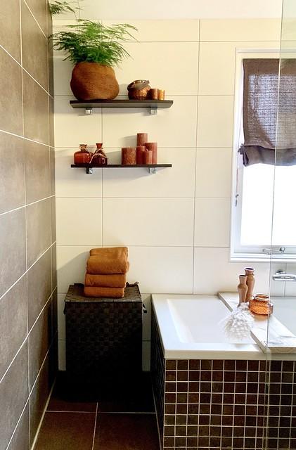 Bruin witte badkamer met oranje accessoires